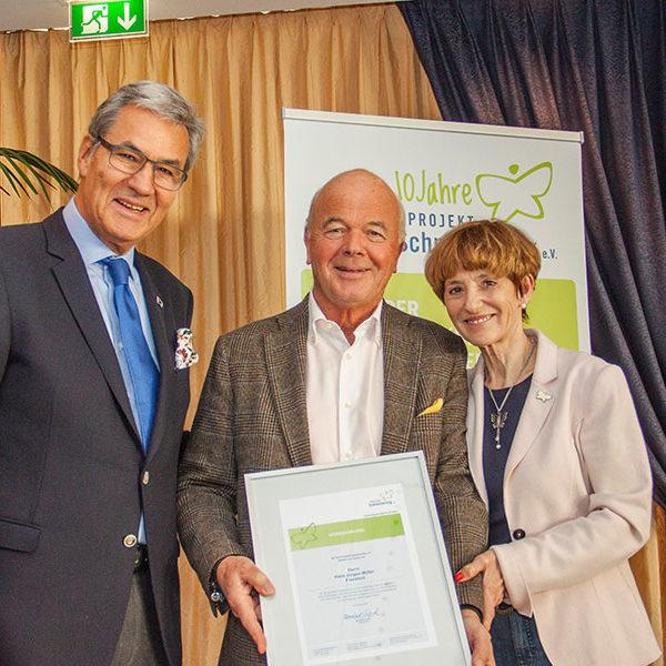 Hans-Jürgen Müller unterstützt den Schmetterling